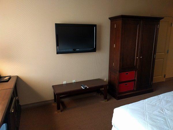 Sheraton Herndon Dulles Airport Club King Room TV, Closet & Bench