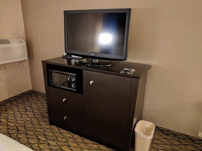 Holiday Inn Chicago-Elk Grove TV cabinet