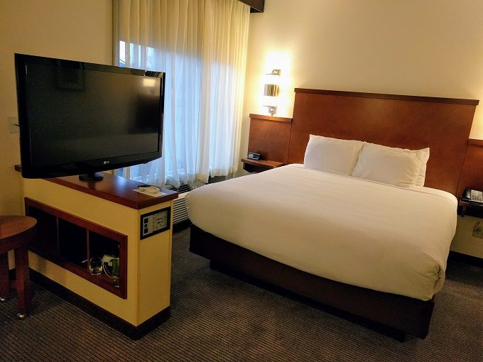 Hyatt Place Charleston Airport-Convention Center TV and king bed